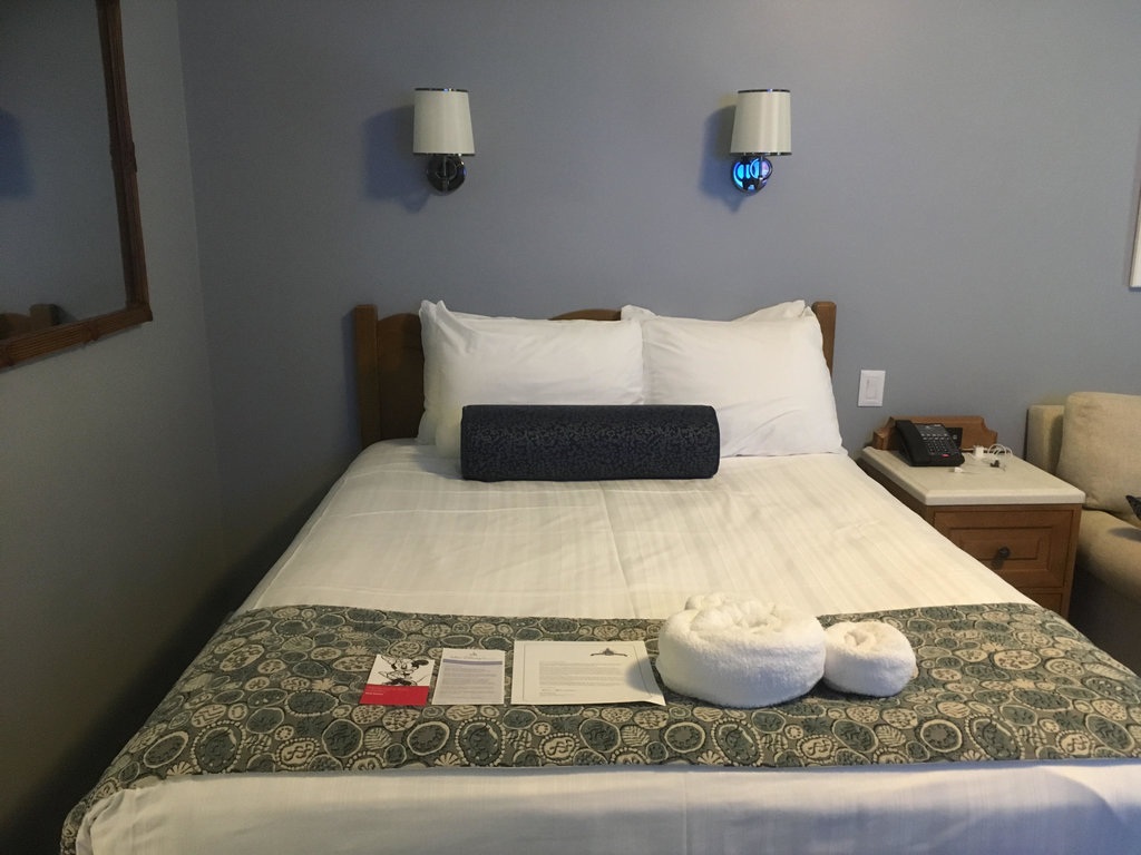 Beach Club | Queen Size Bed with White Sheets, Pillows and Towels